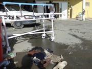 Vor einem Spital in der Provinz Paktia sind nach der Einlieferung von Opfern eines Selbstmordanschlags eine Bahre und Habseligkeiten der Opfer zurückgeblieben. (Bild: KEYSTONE/EPA/AHMADULLAH AHMADI)