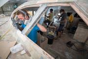 Die Jugendlichen des Vereins Ocean Youth Sailor bauen in Bottighofen an ihrem Katamaran, mit dem sie auf dem Meer segeln wollen. (Bild: Reto Martin)