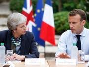 Ernste Gesichter während den Gesprächen über ein ernstes Thema: Die britische Premierministerin Theresa May und Frankreichs Präsident Emmanuel Macron trafen sich am Freitag zu einem Brexit-Meeting am Mittelmeer. (Bild: KEYSTONE/EPA POOL/SEBASTIEN NOGIER / POOL)