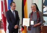 Der Deutsche Botschafter in Bern, Norbert Riedel, zeichnet Schwester Liliane Juchli mit dem Bundesverdienstkreuz aus. Bild: PD