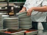 Der Stellenschwund bei Restaurants und Hotels dürfte laut dem KOF-Beschäftigungsindikator erstmals seit dem Frankenschock Anfang 2015 zu einem Halt kommen. (Bild: KEYSTONE/CHRISTIAN BEUTLER)