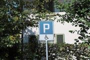 Die Tafel zeigt an, dass dieser Parkplatz nur für IV-Fahrzeuge ist. (Bild: Vivien Huber)