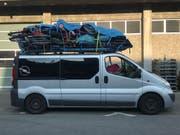 Zu viel aufs Dach gepackt: Dieser Van ist von der Luzerner Polizei bei seiner Fahrt nach Süden auf der A2 gestoppt worden. (Bild: Luzerner Polizei)