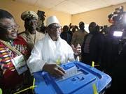 Bei der Präsidentschaftswahl in Mali treffen Amtsinhaber Ibrahim Boubacar Keita (Bildmitte) und Oppositionschef Soumaila Cissé in einer Stichwahl aufeinander. (Bild: KEYSTONE/EPA/MOHAMED MESSARA)