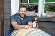 Philip Herrmann aromatisierte den Churfirsten Whisky drei Jahre lang in einem Weinfass, in dem zuvor Pinot Noir gereift war. (Bild: Sabine Schmid)