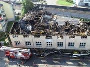 In Bäch im Kanton Schwyz ist ein Fabrikgebäude durch einen Brand stark beschädigt worden. (Bild: Kantonspolizei Schwyz)