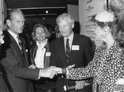 Anfang der 40er-Jahre zog es Christian IV (Mitte) nach Amerika, wo er in New York die erste Tochterfirma, die Fisba Inc. gründete. Zurück in der Schweiz wurde er CEO der Muttergesellschaft und erhielt 1984 von Prinz Philip den British Design Council Award. (Bild: PD)