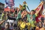 Simbabwer feierten Emmerson Mnangagwas Wahlsieg. (Bild: Dan Kitwood/Getty (Harare, 3. August 2018))