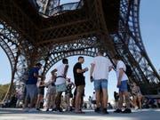 Touristen können nun wieder auf den Eiffelturm hoch. Der Streik des Personals gehört nach einer Lösung der Vergangenheit an. (Bild: KEYSTONE/AP/MICHEL EULER)