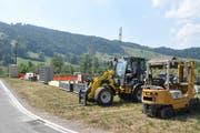 Baumaschinen und viel Material werden benötigt, um die Infrastruktur für die Schweizer Meisterschaft im Fallschirmspringen aufzustellen.