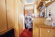 Eingerichtet wie eine kleine Wohnung: In ihrem Camper fühlt sich Susi Staub richtig wohl. Bild: Werner Schelbert (Unterägeri, 2. August 2018)