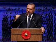 Laut dem türkischen Präsidenten Recep Tayyip Erdogan ist ein Wirtschaftskrieg gegen sein Land im Gang, um ihn zu destabilisieren. (Bild: KEYSTONE/AP/BURHAN OZBILICI)