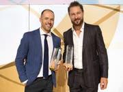 SCB-Stürmer Andrew Ebbett (links) und ZSC-Verteidiger Kevin Klein (rechts) werden an den Swiss Ice Hockey Awards in Bern als MVPs der Saison 2017/18 geehrt (Bild: KEYSTONE/DANIEL TEUSCHER)
