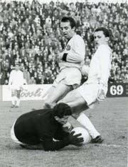 Rolf Fischer behändigt den Ball in einem Meisterschaftsspiel mit den Young Boys auf dem Hardturm. (Bild: Privatsammlung Rolf Fischer)