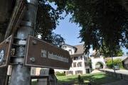 Der Industrielehrpfad führt durch Hauptwil und Bischofszell. Im Hintergrund das historische Tortürmli von Hauptwil. (Bild: Larissa Flammer)