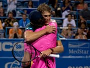 Der grössere Alexander Zverev umarmt nach dem Sieg seinen Bruder Mischa (Bild: KEYSTONE/AP/ANDREW HARNIK)