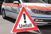 Die Zuger Polizei sucht nach einem Unfall auf der Autobahn A14 Zeugen. (Bild: Zuger Polizei)