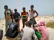 Äthiopische Migranten sprechen mit einem Vertreter der Internationalen Organisation für Migration. (Bild: EPA)