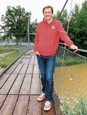 Gemeindepräsident Roland Brändli auf der Hängebrücke an der Mündung der Steinach. (Bild: Rudolf Hirtl)