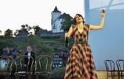 Champagner hilft nicht mehr: Auf Violetta (Sarah Längle) wartet der Tod. Im Hintergrund Huub Claessens als Dottore. (Bild: Heini Schwendener)