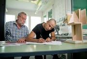 Bahram Alizadah (rechts) machte eine Lehre als Zeichner im bei Martin Ming in Kerns. (Bild: Corinne Glanzmann (Kerns, 24. Juli 2018))