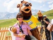 Bundesrätin Doris Leuthard mit dem Maskottchen des Bärenparks während der Eröffnungsfeier in Arosa. (Bild: KEYSTONE/CHRISTIAN MERZ)