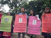 Aktivistinnen und Aktivisten verschiedener Organisationen bilden in Dhaka eine Menschenkette für sichere Strassen. (Bild: KEYSTONE/EPA/MONIRUL ALAM)