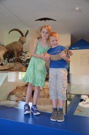 Sandro (rechts) und seine Schwester Tisha freuen sich im Natur-Museum Luzern über den ungewöhnlichen Fund. (Bild: PD)