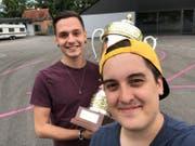 Dominik Schallmeiner und Julian Fischbacher mit dem Pokal. (Bild: PD)
