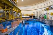 Blick in das Brennelementebecken im Reaktor des Kernkraftwerks Mühleberg. Das Kernkraftwerk befindet sich momentan in Revision. (Bild: Peter Klaunzer/Keystone (Mühleberg, 29. August 2018))