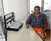 Der Schreibtisch im Büro des Bauamtsleiters ist aufgeräumt, die Aktentasche gepackt − Paul Knaus kann die Geschäfte des Bauamtes Neckertal guten Gewissens seinem Nachfolger übergeben. (Bild: Urs M. Hemm)