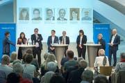 Am «Tagblatt»-Podium (von links): Chefredaktor Stefan Schmid, Heidi Hanselmann (Gesundheitschefin SG), Tilman Slembeck (Gesundheitsökonom), Robert Stadler (IHK St.Gallen Appenzell), Matthias Weishaupt (Gesundheitsdirektor AR), Antonia Fässler (Frau Statthalter AI), Peter Hartmann (Fraktionschef SP-Grüne SG) und Andri Rostetter (stv. Chefredaktor). (Bild: Urs Bucher)