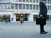 Die Schweizer Banken planen wieder Neueinstellungen, nachdem ihr Personalbestand über Jahre hinweg geschrumpft ist. (Bild: KEYSTONE/GAETAN BALLY)