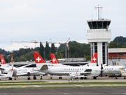 Die gegroundeten Flugzeuge der SkyWork Airlines am Donnerstagmorgen in Bern-Belp. (Bild: KEYSTONE/ANTHONY ANEX)