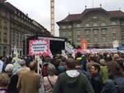 Rund 1000 Medienschaffende haben am Donnerstagabend in Bern für eine mediale Vielfalt protestiert. (Bild: Christian Zingg)