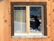Spuren der Schüsse in Daillon VS. Ein Mann, der 2013 im Dorf um sich geschossen hat, wird vom Gericht als unzurechnungsfähig erklärt und muss in eine Therapie. (Bild: KEYSTONE/LAURENT GILLIERON)
