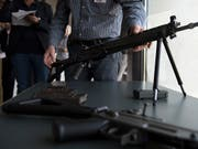 Die Schweizer SIG-Sturmgewehre sind Exportschlager. Der Bundesrat will der Rüstungsindustrie mehr Exporte ermöglichen. (Bild: KEYSTONE/ANTHONY ANEX)