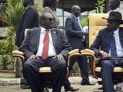 Riek Machar (links) und Salva Kiir (rechts) - hier im April 2016 nach der ersten Sitzung der Übergangsregierung - hatten sich bereits einmal auf eine gemeinsame Regierung geeinigt. (Bild: Keystone/AP/JASON PATINKIN)