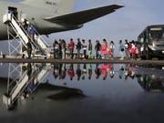 Venezolaner auf der Flucht aus ihrem Heimatland steigen in Boa Vista in Brasilien in ein Flugzeug, um von dort weiter nach Sao Paulo oder Manaus zufliegen. (Bild: KEYSTONE/EPA EFE/JOEDSON ALVES)