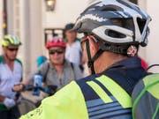 Erstmals seit Beginn der Erhebungen vor zwanzig Jahren durch die Beratungsstelle für Unfallverhütung tragen mehr als die Hälfte der Velofahrenden einen Helm. (Bild: KEYSTONE/CHRISTIAN BEUTLER)