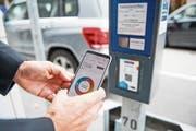 QR-Code scannen, Parkdauer einstellen – und fertig: Das Bezahlen via Smartphone-App dürfte in den meisten Fällen weniger lange dauern, als Münzen in eine Parkuhr einzuwerfen. (Bild: Roger Grütter (Zug, 30. August 2018))