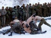 Amerikanische und südkoreanische Soldaten beim Wrestling am Rande einer gemeinsamen Militärübung im Dezember 2017 in Pyeongchang. (Bild: KEYSTONE/AP/AHN YOUNG-JOON)