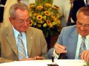 Röbi Rapp, links, und Ernst Ostertag im Zürcher Stadthaus am Dienstag, 1. Juli 2003. Sie haben sich als erste registrierte Partnerschaft in der Stadt Zürich eintragen lassen. Am gleichen Tag trat das Gesetz über die Registrierung gleichgeschlechtlicher Paare in Kraft. (Bild: Keystone/WALTER BIERI)
