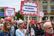"""Leute demonstrieren während der Aktion """"Pro Medienvielfalt"""" auf dem Bundesplatz in Bern. (BilD: KEYSTONE/Anthony Anex, 30. August 2018)"""