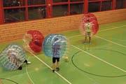 Zum Beispiel Bubble Soccer, aber auch andere Sportarten wie Tischfussball oder Radball kommen zum Zug: Midnight Sports versucht, alle Wünsche der Jugendlichen umzusetzen. (Bild: PD)
