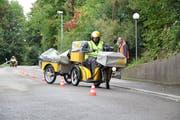 Unter Aufsicht von Fahrtrainer Silvan Stieger bewältigt Post-Lehrling Mehrbod Soltani den Parcours am Ruhsitzweg. (Bild: Seraina Hess)