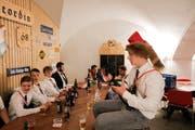 Die jungen Männer unter sich: In ihrem Keller frönen sie den studentischen Traditionen wie dem Biergenuss. (Bilder: Donato Caspari)
