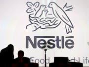 Bei Nestlé fallen statt 500 nur 450 Stellen weg. Dies das Ergebnis der Konsultation mit den Sozialpartnern. (Bild: KEYSTONE/LAURENT GILLIERON)