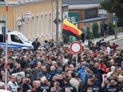 Vor dem Stadion des Chemnitzer FC warten zahlreiche Menschen auf Einlass zum Sachsengespräch mit Ministerpräsident Kretschmer. (Bild: Keystone/dpa/RALF HIRSCHBERGER)