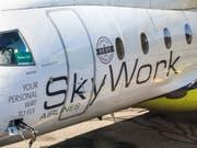Ein Flugzeug von SkyWork Airlines auf dem Flughafen Bern-Belp. (Bild: Keystone/PETER KLAUNZER)